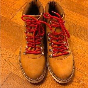 Brand new Steven Madden brown boot